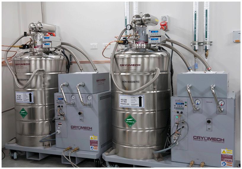איור 3 - המכונות האלה דוחסות את גז ההליום ומקררות אותו עד שהוא מתעבה ונהפך שוב לנוזל.