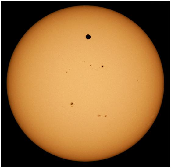 איור 2 - השמש, כאשר כוכב נוגה עבר מלפניה, כפי שנצפה מ- Haleakala, הוואי, בשנת 2012.