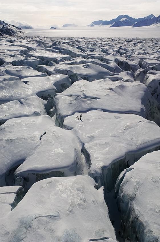 איור 2 - ג'ק קוהלר וקרסטי לַאנגלי מתקינים יתד GPS על קרחון קרונבּרן.