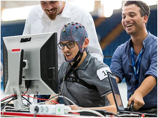 איור 2 - טייס משתמש בממשק המוח-מחשב שלו כדי לשלוט במשחק רצי המוח.